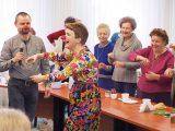 O tym, że iść przez życie ze śmiechem jest milej i łatwiej, wiedzą chyba wszyscy, ale że zdrowiej – już niekoniecznie. O zaletach, także tych mało znanych, jakie płyną ze śmiechu mogli przekonać się uczestnicy zajęć, które dla lekarzy seniorów pod koniec lutego poprowadzili w LIL terapeuci z warszawskiej Akademii Śmiechu i Radości: Barbara Popławska i Jacek Gientka.