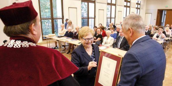Jubileuszowe dyplomy Spotkali sie po 50 latach wmurach uczelni.