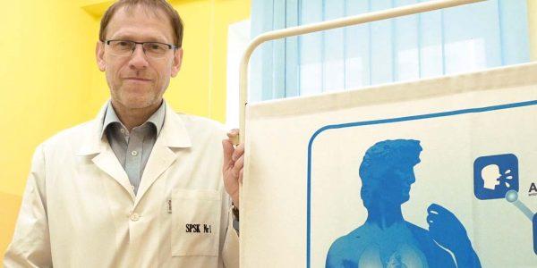 Nauczmy się żyć w nowej rzeczywistości Krzysztof Tomasiewicz: Wprzypadku pracowników kliniki wszyscy stosujemy zasadę, że każdy pacjent już na etapie podejrzenia jest badany wpełnym zabezpieczeniu środkami ochrony osobistej. Zawsze oceniamy ryzyko infekcji istosujemy adekwatne sposoby zabezpieczenia.