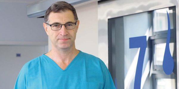 Doskonalić laryngologiczną precyzję Marcin Szymański: Nasza klinika jest jednym zniewielu ośrodków wPolsce, gdzie wszczepiana jest cała gama implantów słuchowych: implanty ślimakowe, kilka typów implantów ucha środkowego oraz implanty naprzewodnictwo kostne.