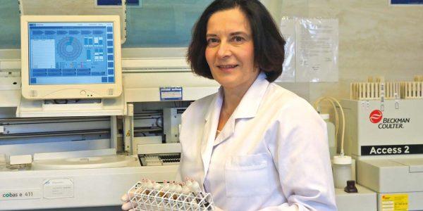 Pandemia w laboratorium, czyli jak pokonać Covid-19 Elżbieta Puacz: Zdobyliśmy umiejętności doboru badań diagnostycznych imetodyki ich wykonywania oraz interpretacji. Pandemia bardzo wyraźnie pokazała, jak ważną rolę stanowi medycyna laboratoryjna wcałym procesie diagnostyczno‑terapeutycznym.