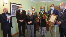 LIL uhonorowała Seniorkę, Marię Nosarzewską, lekarza pediatrę, która ukończyła 100 lat. W swojej karierze pełniła funkcję ordynatora Oddziału Dziecięcego w świdnickim szpitalu. W służbie zdrowia przepracowała w sumie 50 lat.