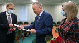 """Honorowe odznaczenie """"Za Zasługi dla Ochrony Zdrowia"""" zostało przyznane prof.Krzysztofowi Tomasiewiczowi, szefowi Kliniki Chorób Zakaźnych wSzpitalu Klinicznym nr1 wLublinie."""