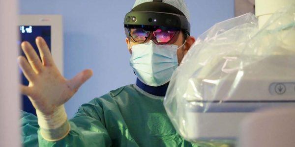 Hiperrealistyczny obraz aorty Tomasz Zubilewicz, Grzegorz Borowski: Podczas zabiegu operacji tętniaka aorty brzusznej wykorzystaliśmy system rozszerzonej rzeczywistości (ang. augumented reality), łączący świat komputerowy zeświatem rzeczywistym.