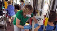 Medycy pracują w miejskim autobusie
